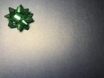 与装饰品的空的通讯范围作为绿色明亮的星、便条纸或者框架在黑暗和光藏青色背景 免版税库存照片