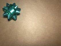 与装饰品的空的通讯范围作为绿色明亮的星、便条纸或者框架在黑暗和浅褐色的背景 免版税库存图片