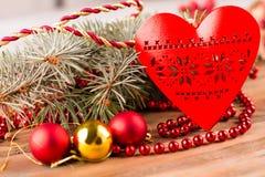 与装饰品的红色木心脏 免版税库存图片