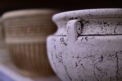 与装饰品的罐瓷白色和灰色颜色 免版税图库摄影