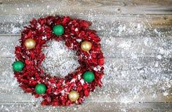 与装饰品的自然叶子季节性hol的花圈和雪 免版税库存图片