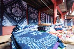 与装饰品的蓝色布料在显示在中国市场上 免版税库存照片