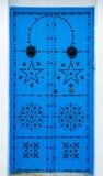 与装饰品的蓝色门从西迪布赛义德在突尼斯 库存图片