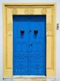 与装饰品的蓝色门从西迪布赛义德在突尼斯 免版税图库摄影