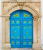 与装饰品的蓝色门作为西迪布赛义德的标志 免版税库存照片