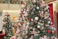 与装饰品的装饰的圣诞树 库存照片