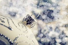 与装饰品的豪华圣诞节球在圣诞节斯诺伊风景 库存照片