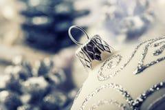 与装饰品的豪华圣诞节球在圣诞节斯诺伊风景 免版税库存照片