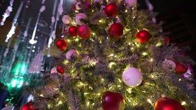 与装饰品,垂悬在圣诞树,装饰品移动式摄影车的红色苹果的圣诞树在圣诞树的 股票视频