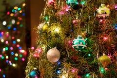 与装饰品&装饰的圣诞树 免版税库存照片