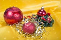 与装饰响铃、丝带和球的圣诞节背景 图库摄影