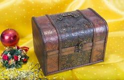 与装饰响铃、丝带和球的圣诞节背景 免版税库存照片