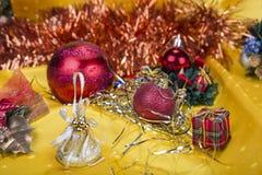 与装饰响铃、丝带和球的圣诞节背景 免版税库存图片