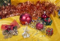 与装饰响铃、丝带和球的圣诞节背景 库存图片