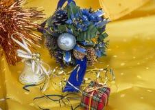 与装饰响铃、丝带和球的圣诞节背景 免版税图库摄影