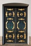 与装饰格栅的闭合的金属门 免版税库存照片