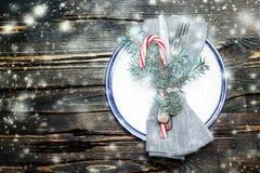 与装饰特写镜头的美好的圣诞节桌设置 免版税库存照片