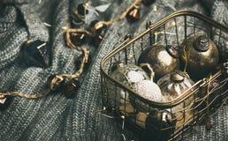 与装饰玩具的圣诞节或新年欢乐心情 免版税库存图片