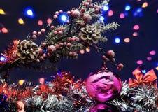 与装饰球的圣诞树分支 诗歌选和弓 行动 图库摄影