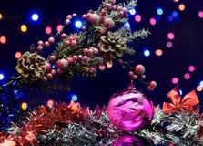 与装饰球的圣诞树分支 诗歌选和弓 库存照片