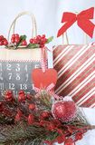 与装饰的两个圣诞节圣诞节乡村模式的礼物袋子 免版税库存图片