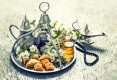 与装饰的伊斯兰教的假日食物 ramadan的kareem 葡萄酒s 免版税库存照片