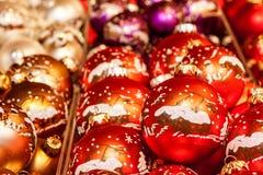 与装饰的传统圣诞节球 图库摄影