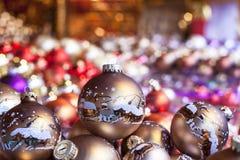 与装饰的传统圣诞节球 库存图片