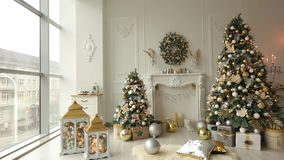 与装饰的冷杉木、壁炉、灯笼、灯、蜡烛、花圈、爆沸和礼物的时髦的白色圣诞节内部 股票录像