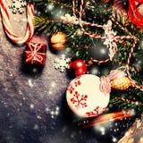 与装饰的减速火箭的圣诞卡在vint的黑暗的背景 免版税库存图片