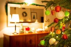 与装饰的圣诞树和房子内部 免版税库存图片