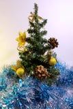 与装饰的圣诞树在闪亮金属片 免版税库存图片