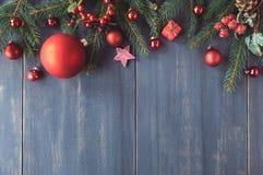 与装饰的圣诞树枝杈的季节性背景在黑暗 免版税库存照片