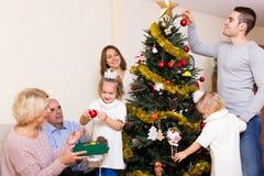与装饰的圣诞树的家庭 免版税库存图片