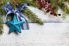 与装饰的圣诞树 图库摄影