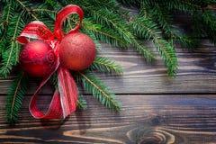 与装饰的圣诞树 免版税库存照片