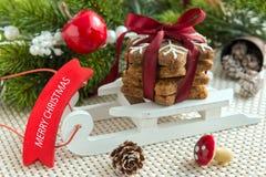 与装饰的圣诞节曲奇饼 免版税库存图片