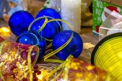 与装饰的圣诞节背景以丝带和蜡烛的形式球在一个木板 库存照片