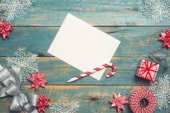 与装饰的圣诞节背景在木背景 顶层 免版税库存图片