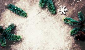 与装饰的圣诞节背景在黑暗的木板 平面 库存图片