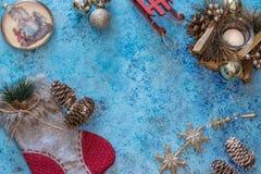 与装饰的圣诞节背景 圣诞节装饰生态学木 新年度 大看法从上面 复制空间 免版税库存照片
