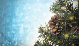 与装饰的在蓝色bokeh的圣诞树和雪花 免版税库存图片