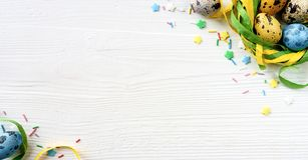 与装饰的复活节彩蛋在白色木背景 免版税库存图片