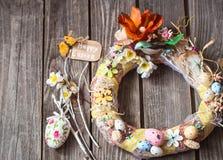 与装饰的复活节花圈 库存图片