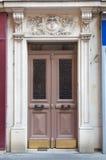 与装饰的拱道的双重前门 免版税库存照片