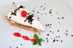 与装饰的新鲜的樱桃蛋糕 免版税图库摄影