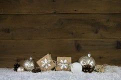 与装饰的木圣诞节背景象礼物,球 库存照片