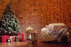 与装饰的杉树的美好的圣诞节内部 库存图片