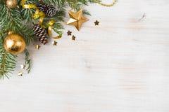 与装饰的杉树,在边的拷贝空间的圣诞节背景 免版税库存图片