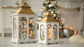 与装饰的灯笼的时髦的白色圣诞节内部,壁炉,灯笼,灯,蜡烛,爆沸 舒适家与 股票视频